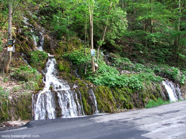Az út melletti víz-esés - Robbantott-szikla