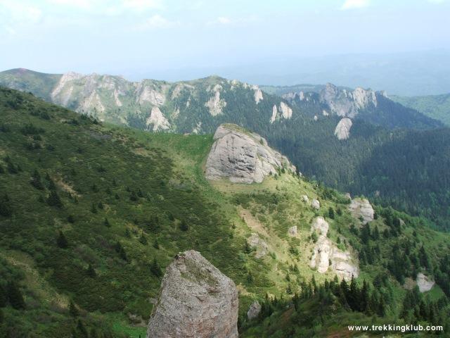 Sasok sziklája középen és a Sziklás-gerinc a háttérben - Gropsoarele-Zaganu