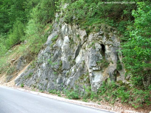 Az út mellett - Rejtett sziklakapu